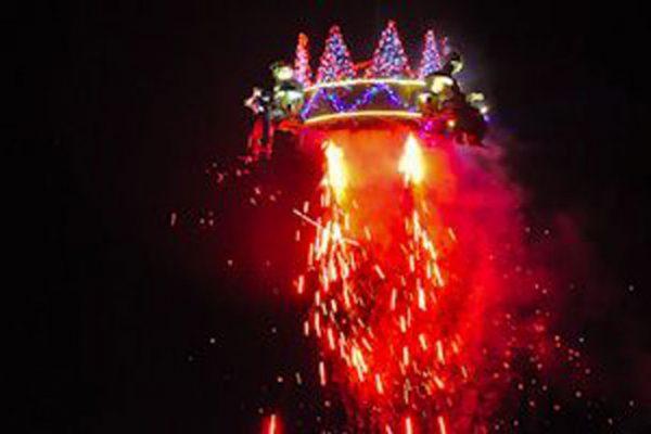 Corona elevándose hacia el cielo con los 3 Reyes Magos en un espectáculo de luz y fuegos artificiales,  creado por Reyes Abades Efectos Especiales.